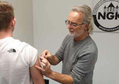 Hausarzt Dr Josef Kaesmacher bei der Grippe-Impfung